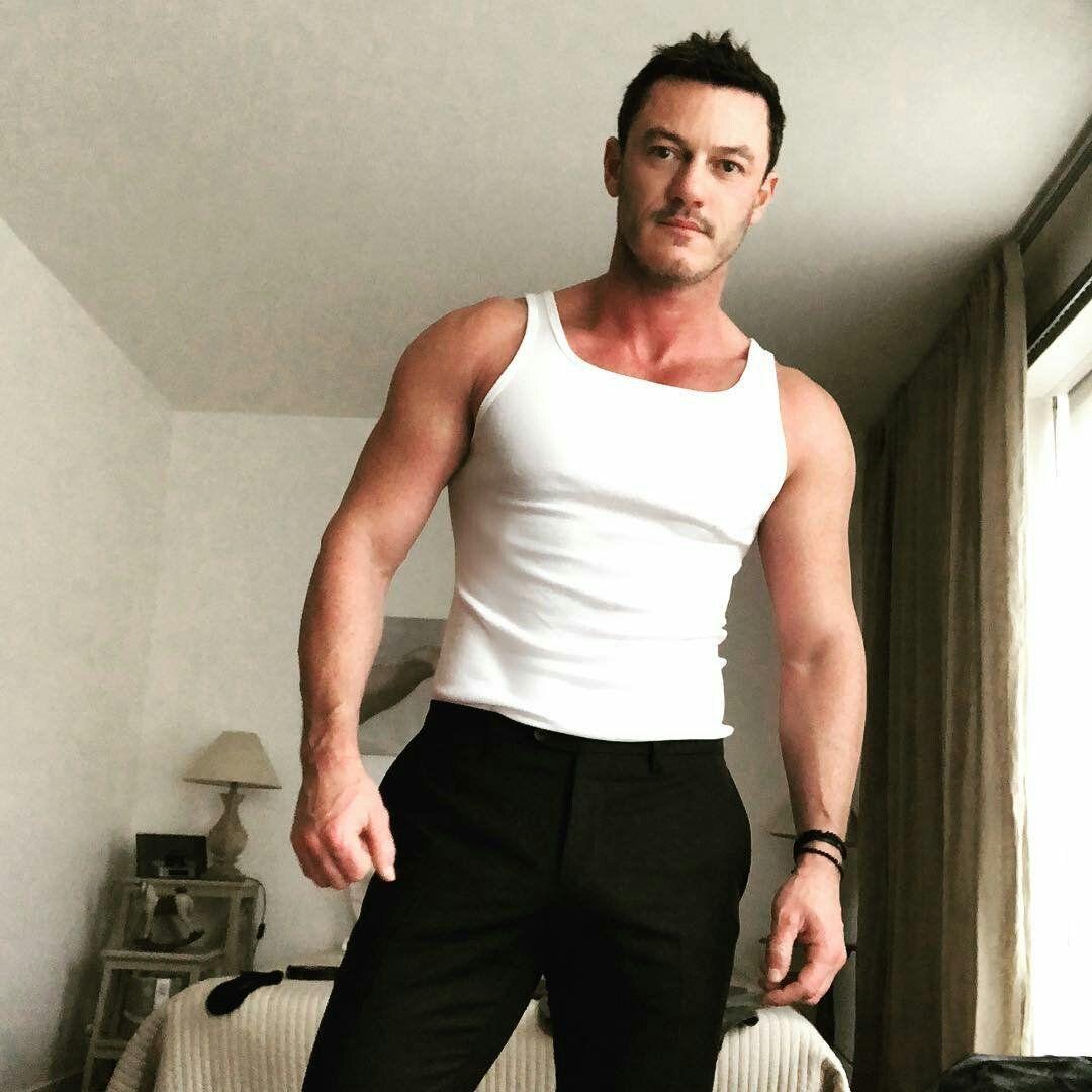 сексапилния вокалист Люк Еванс